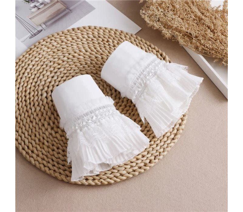 7725 Vintage cuffs in White Lace