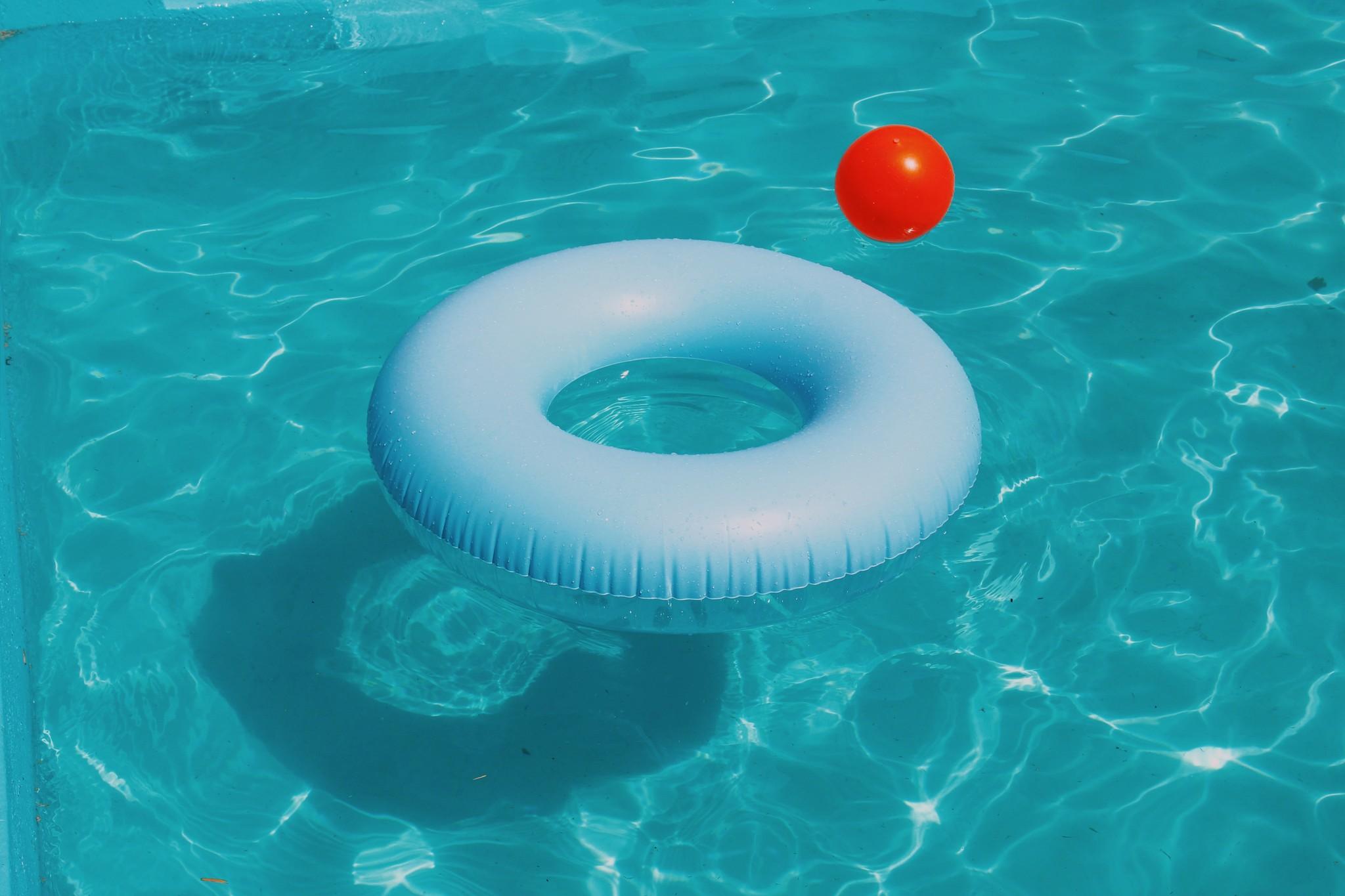 3x drijvende objecten die niet mogen ontbreken in uw zwembad