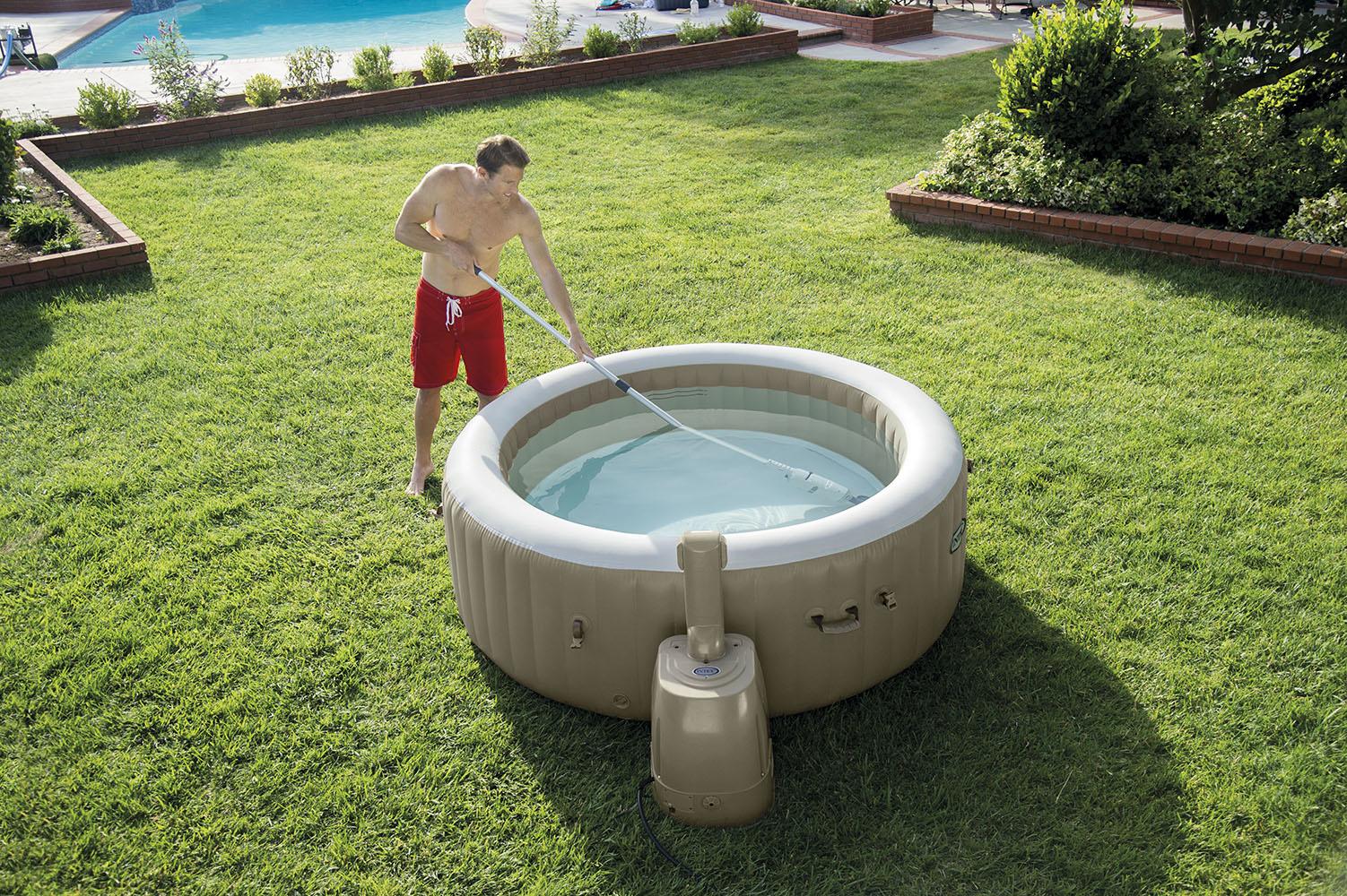 Bodem van het zwembad vies? Ontdek de Intex zwembadstofzuiger!