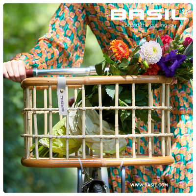 Basil Green Life - rotan fietsmand - medium - voorop natural bruin