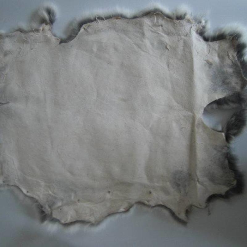 Konijnenvacht 45 x 32cm wit met vlekjes