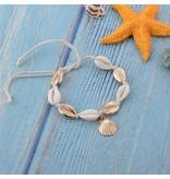 Enkelbandje natuurlijke zee schelpjes met gouden schelpen bedels