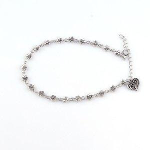 Zilverkleurige bloemetjes enkelbandje met hart bedel
