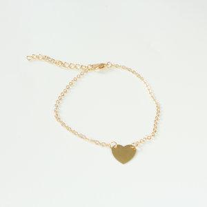 Simpele goudkleurige enkelbandje met hart bedel