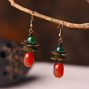 Koperen bloemen oorbellen groen met rood agaat