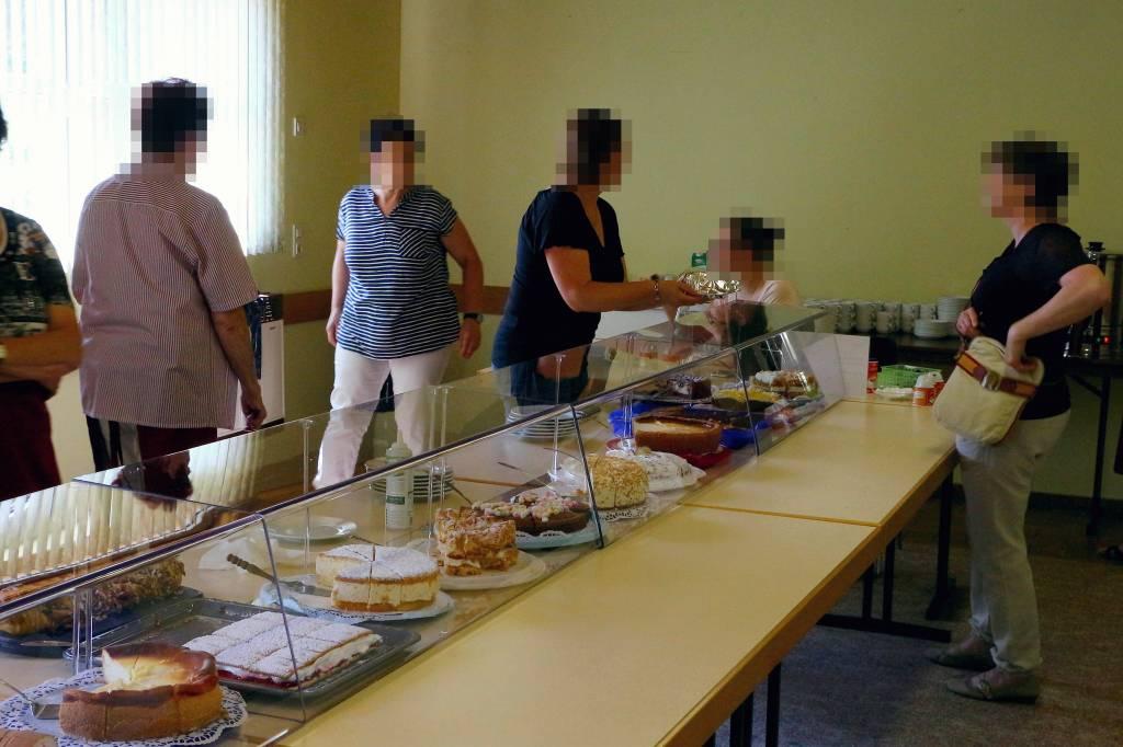 Kuchenverkauf mit Spuckschutz von AH