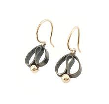 Handgemaakte 'Tulp' oorhangers gezwart, eerste gehalte zilver met gouden bolletje
