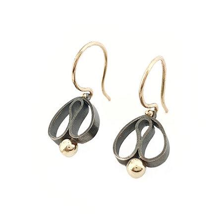vanNienke Handgemaakte 'Tulp' oorhangers gezwart, eerste gehalte zilver met gouden bolletje