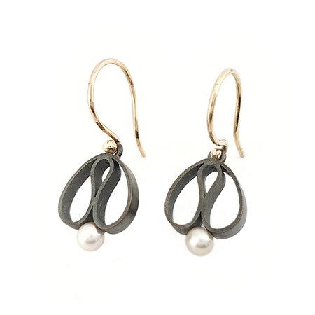 vanNienke Handgemaakte 'Tulp' oorhangers, gezwart zilver met zoetwaterparel