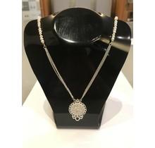 Collier van zoetwater parels en zilveren ornament hanger