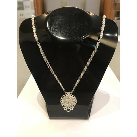 vanNienke Collier van zoetwater parels en zilveren ornament hanger