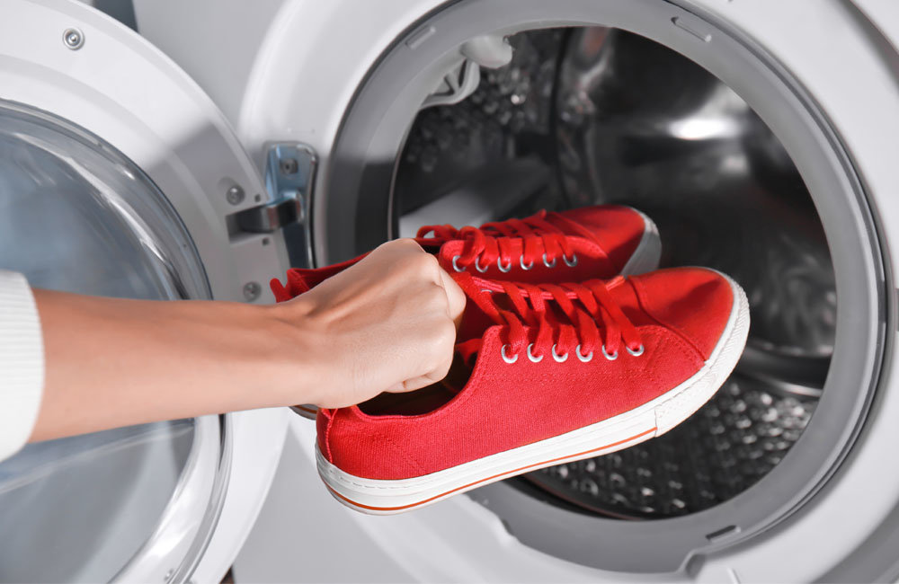 hoe witte canvas schoenen schoonmaken