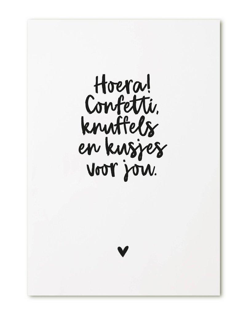 Zoedt Kaart met  tekst 'Hoera! Confetti, knuffels en kusjes voor jou.'