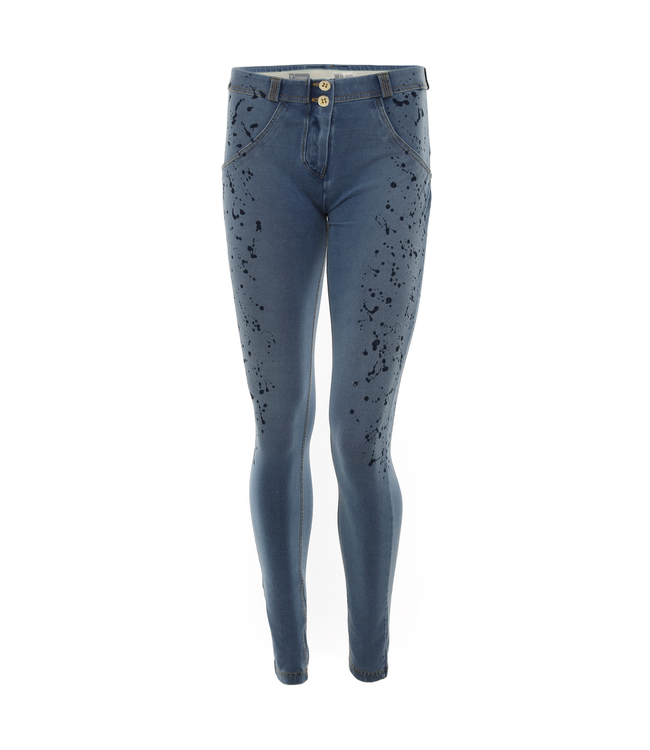 WR.UP® SKINNY WR.UP® IN LIGHT-WASH DENIM WITH A PAINT-SPLATTER EFFECT