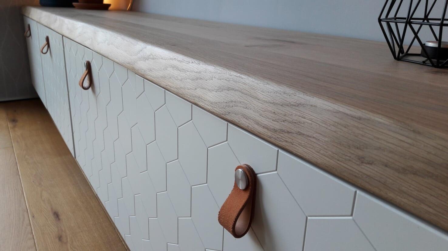 Eikenhouten plank op Ikea Besta tv-meubel