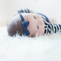 Your Little Miss dunkelblaues Baby Haarband mit Doppelschleife und dünnem Bändchen