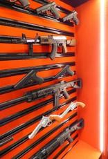 1726  Duża szafa na broń z szybą kuloodporną w drzwiach grubości 25 mm. System Slat Wall i 2 skarbczyki.