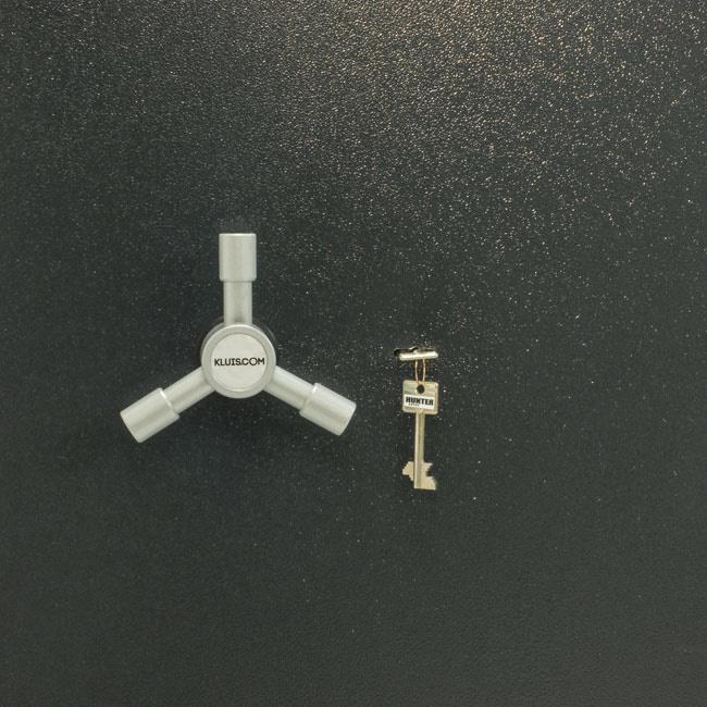 1394/35 Szafa na dokumenty lub broń krótką i amunicję - ze skarbczykiem i półkami