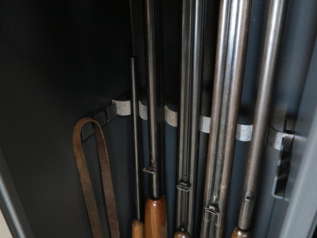 1006 Szafa na broń długą ze skarbczykiem i półką