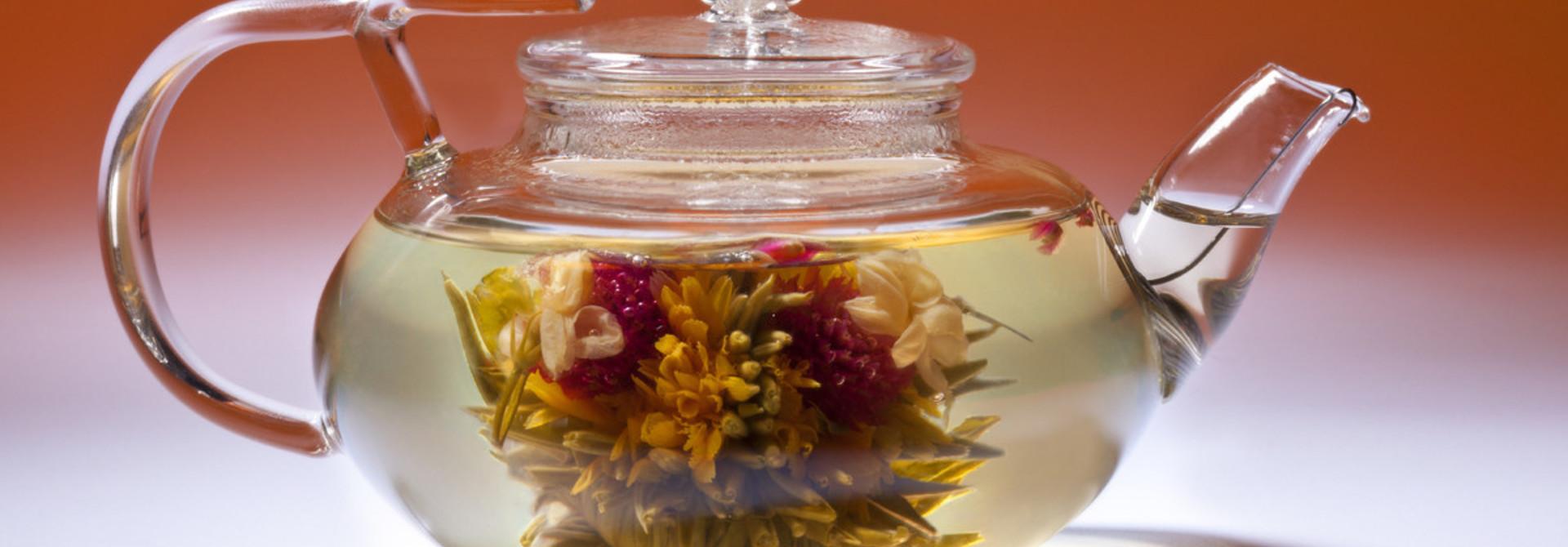 Teeblumen und Teekanne