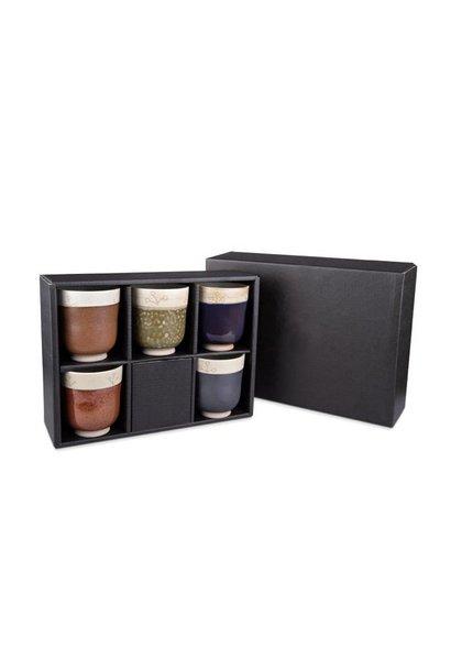 Fünf Teebecher in luxuriöser Verpackung.