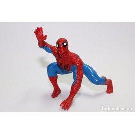 Yolanda Spider-Man knieend