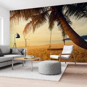 Fotobehang Schommel op een palmenstrand