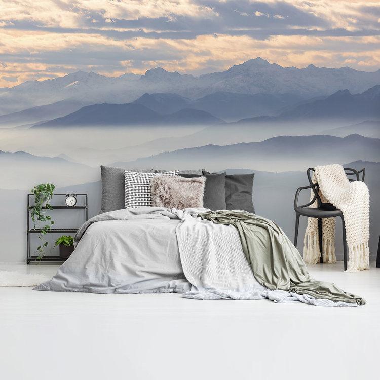 Mistige heuvels en besneeuwde bergtoppen Gebergte - Nevelig - Mystiek - Hoogte  - Fotobehang 384 x 260 cm Vlies