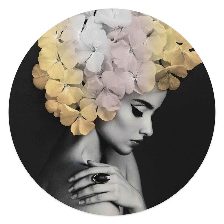 Stijlvolle bloemenvrouw  Bloemblaadjes - Chique - Elegantie  - Glasschilderij rond Glas