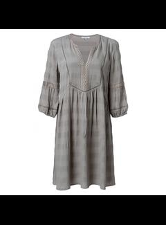 YAYA V-hals jurk met kanten biesjes en borduursels