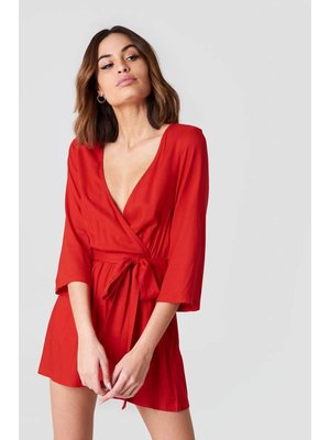 NA-KD WRAP PLAYSUIT | RED