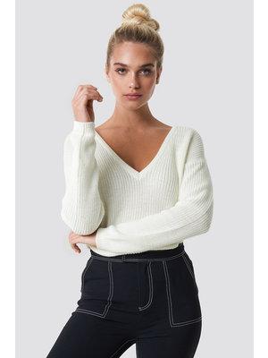 NA-KD 1100-000624 DEEP V KNITTED SWEATER // offwhite