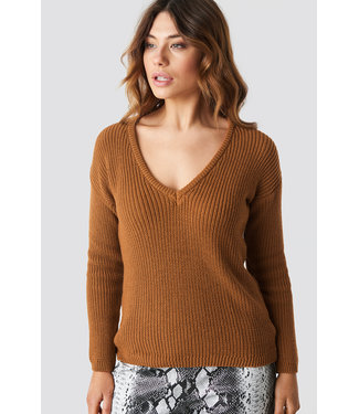 NA-KD 1100-000624 DEEP V KNITTED SWEATER // rust