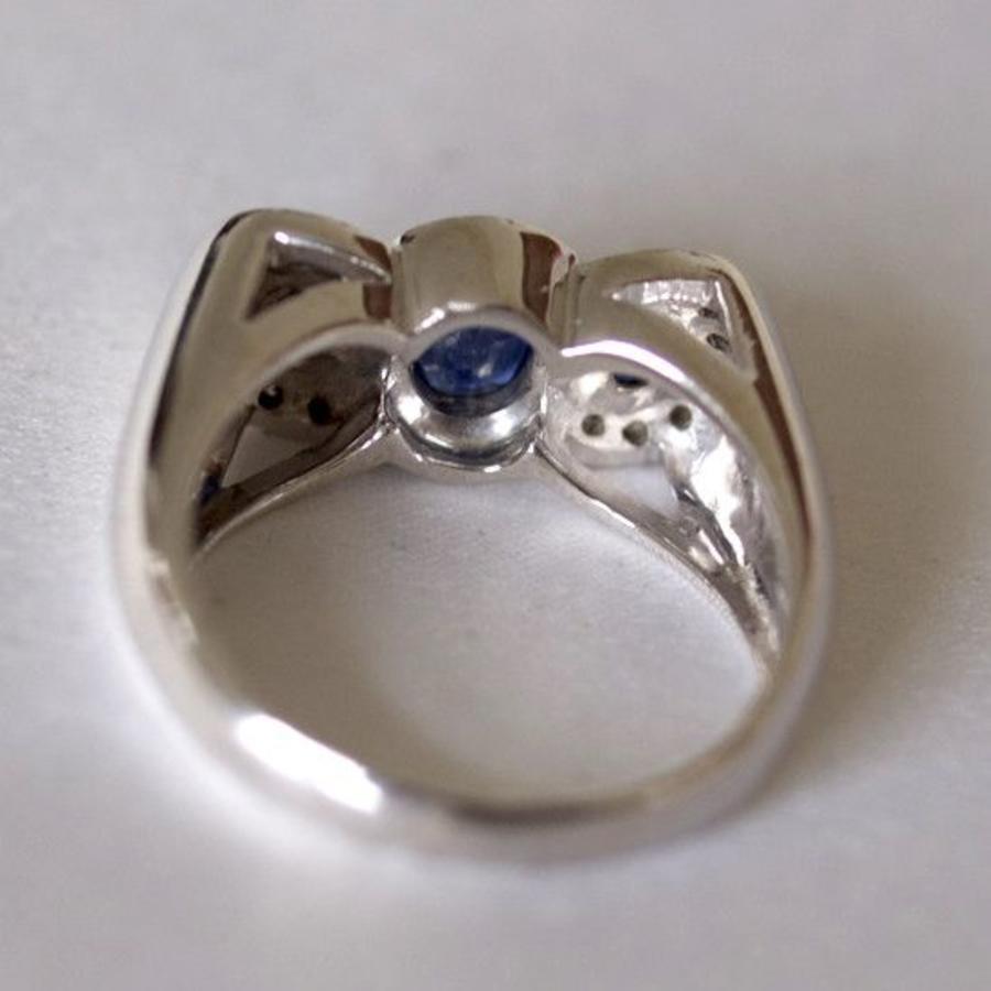 18 karaat witgouden damesring met diamant en saffier