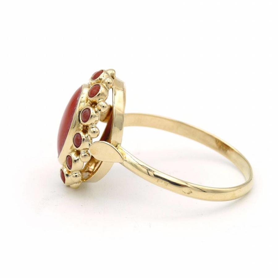 14 krt. geel gouden entourage ring met bloedkoralen