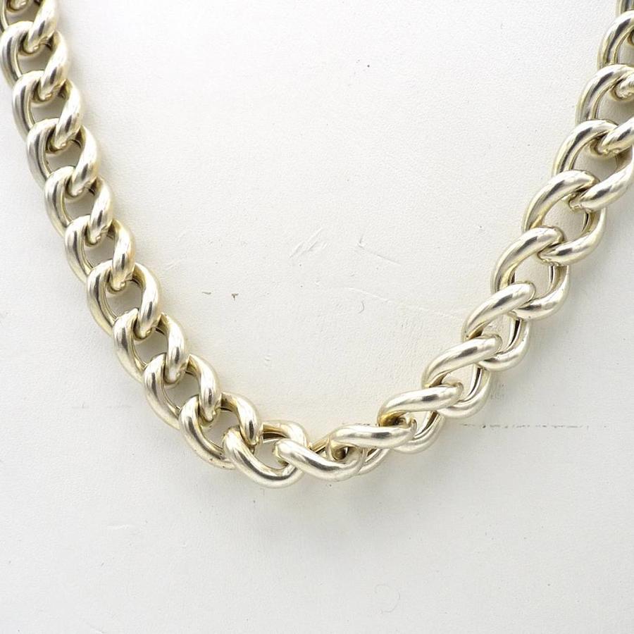 Zilveren collier.