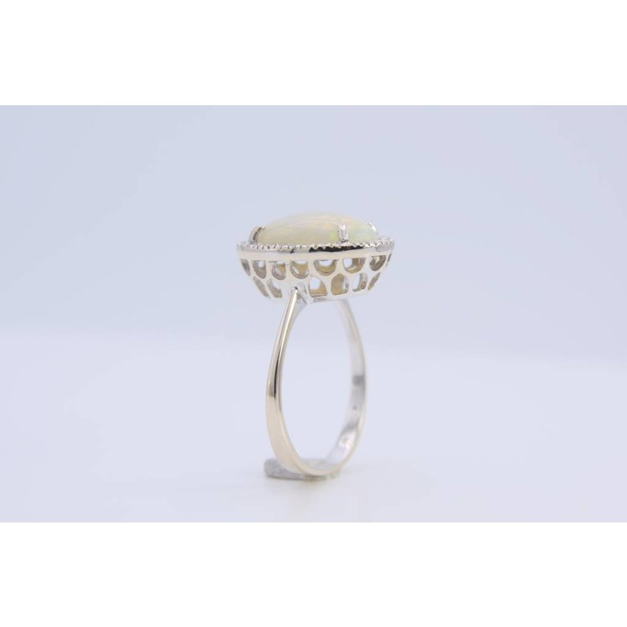 18k wit gouden  ring met melk opaal en Briljant