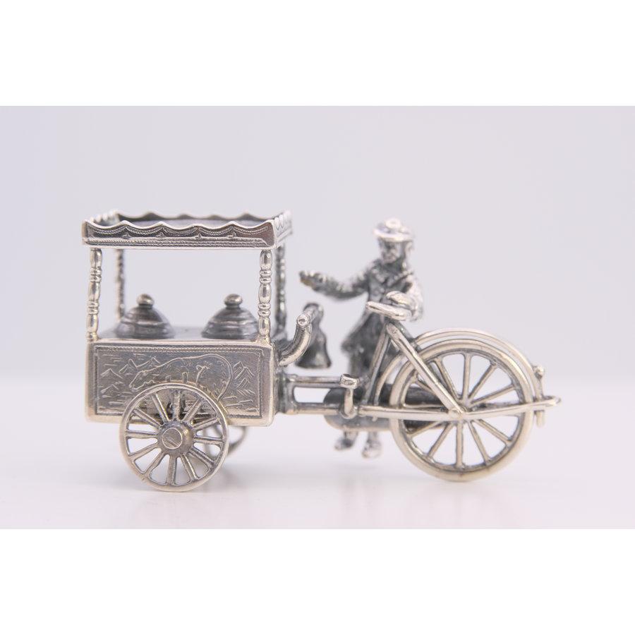 Miniatuur zilveren ijscowagen