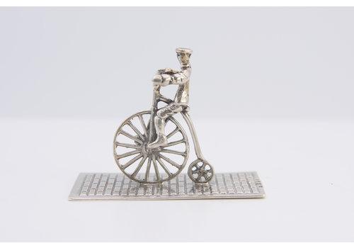 Zilveren miniatuur fietser