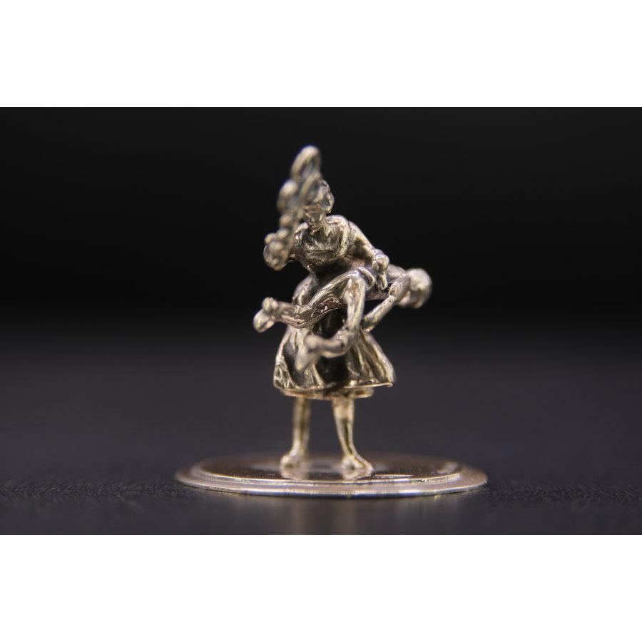 Occasion zilver miniatuur kind krijgt pak slaag 9.2gr H.RR