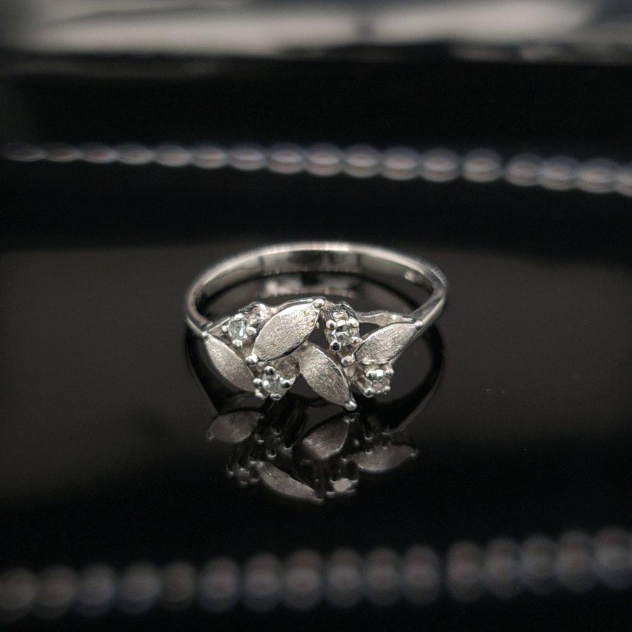 Occasion  18 karaat wit gouden ring 0.10 krt briljanten 2.8 gram  maat 17