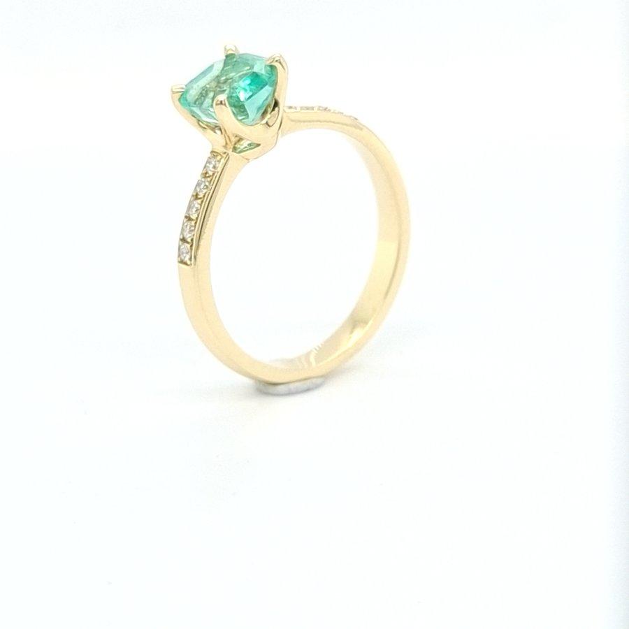 18 karaat geel gouden ring met briljanten 0.09 crt / smaragd 1.25 crt maat 17.5