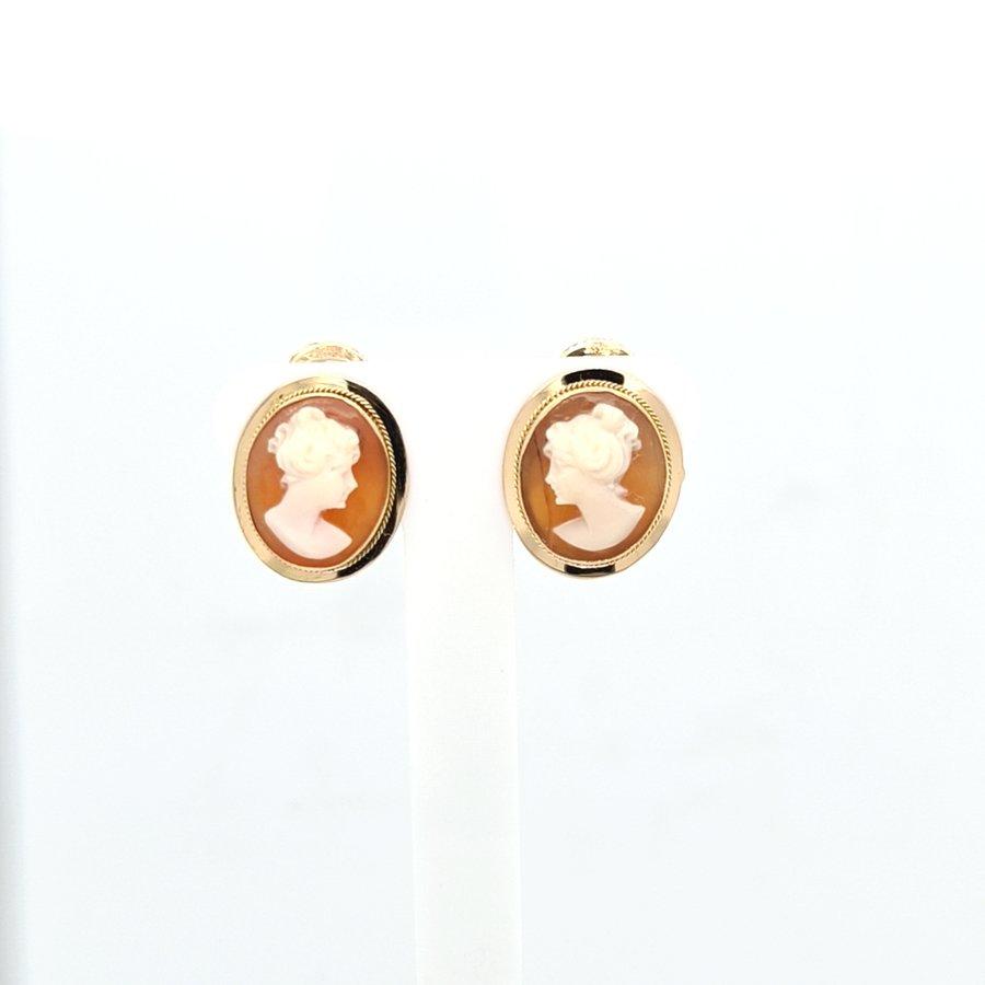 Occasion 18 karaat geel gouden oorklep met cameé  2.2 gram