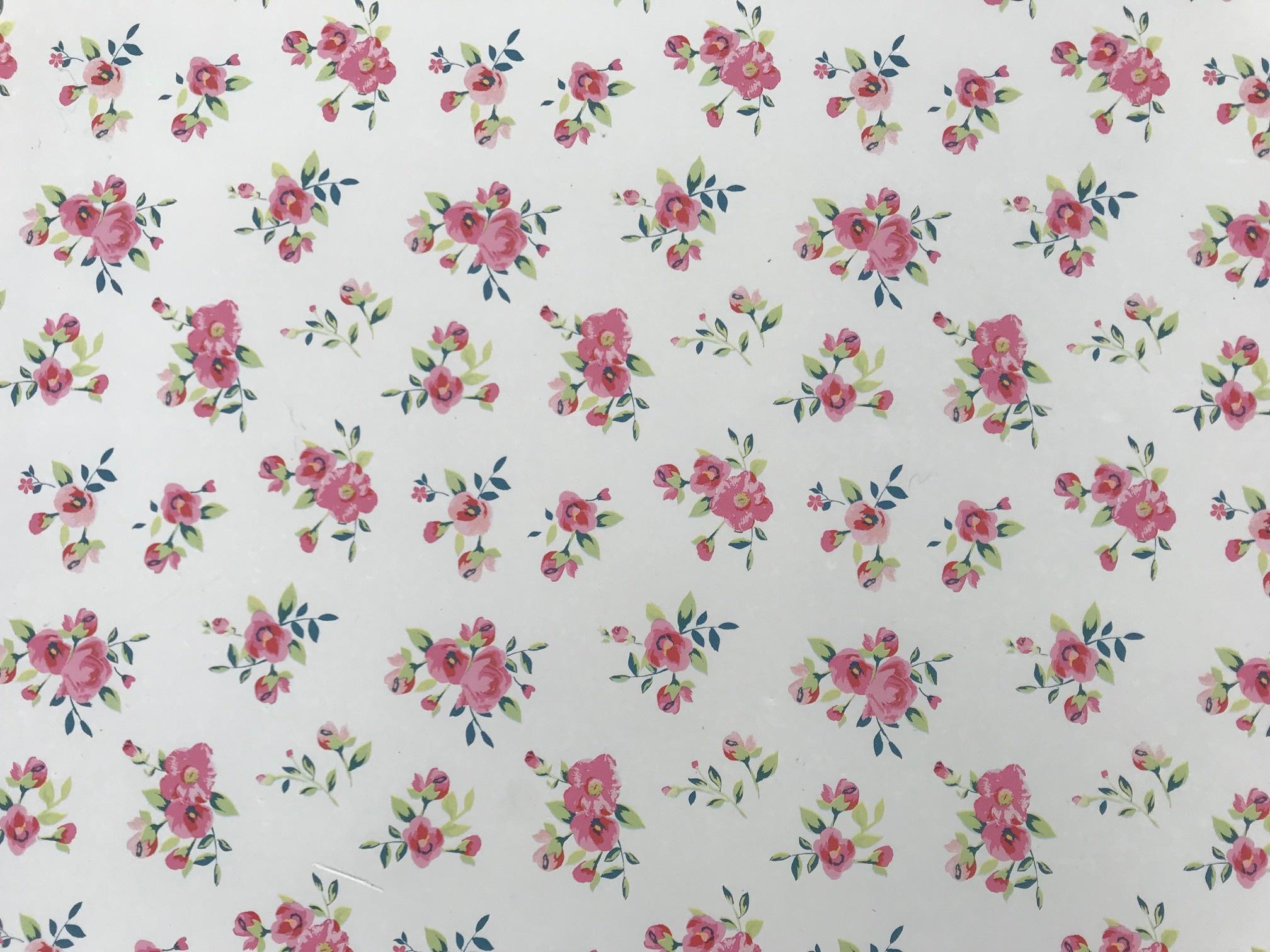 Witte bureaulegger met een kleine roze bloemen print.