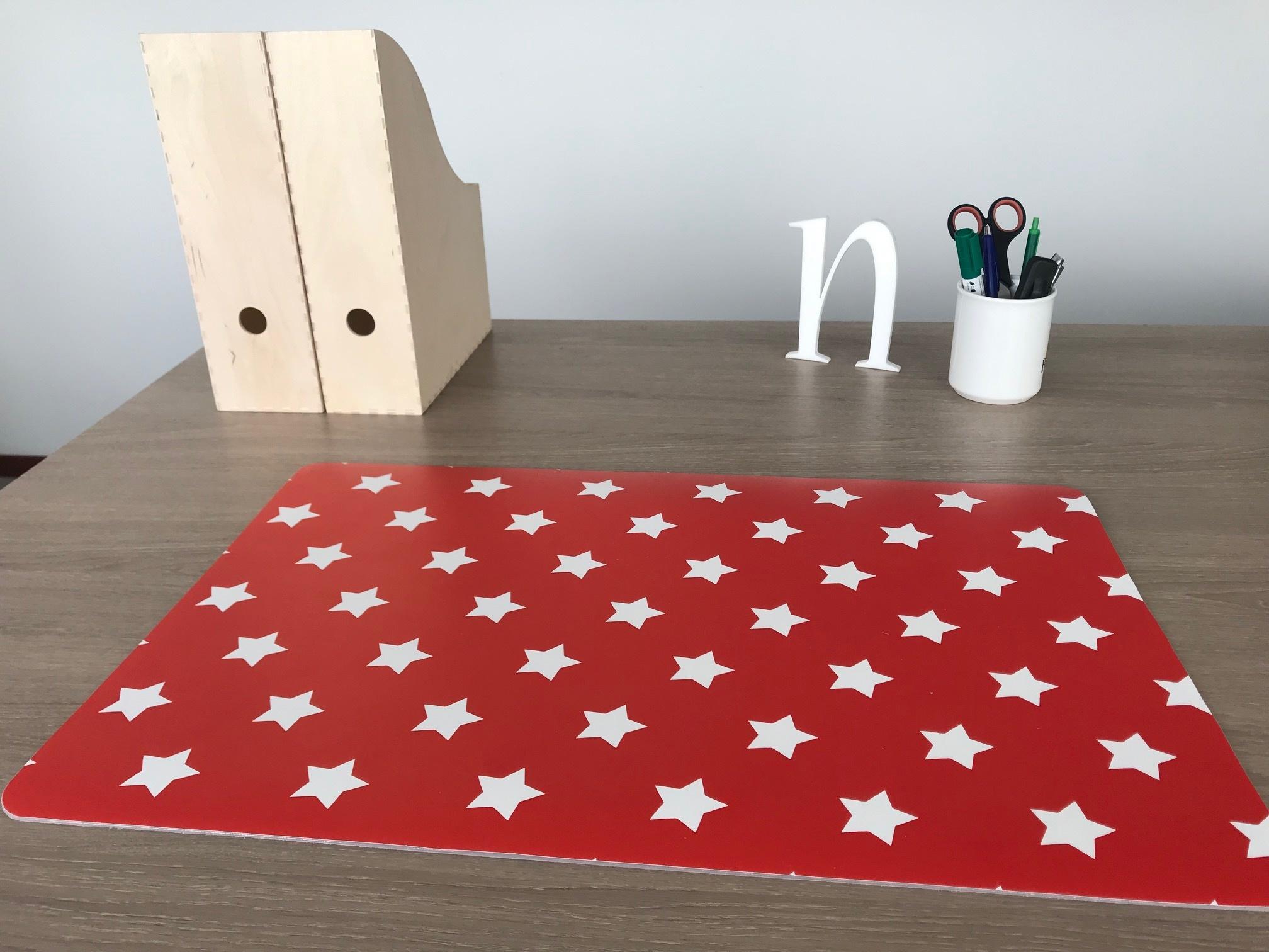 Een bureaulegger met rode achtergrond en grote witte sterren