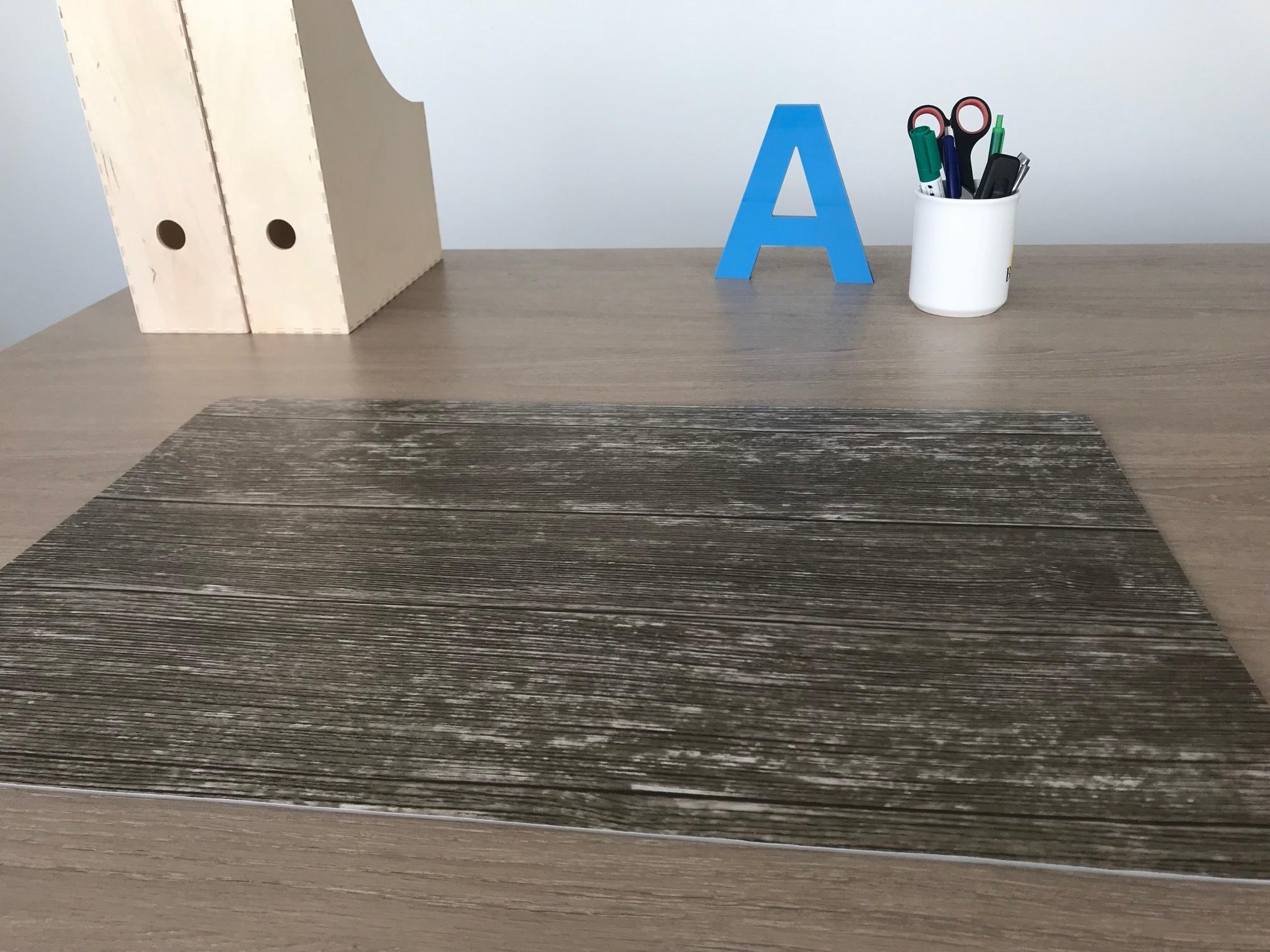 Een bureaulegger met hout print