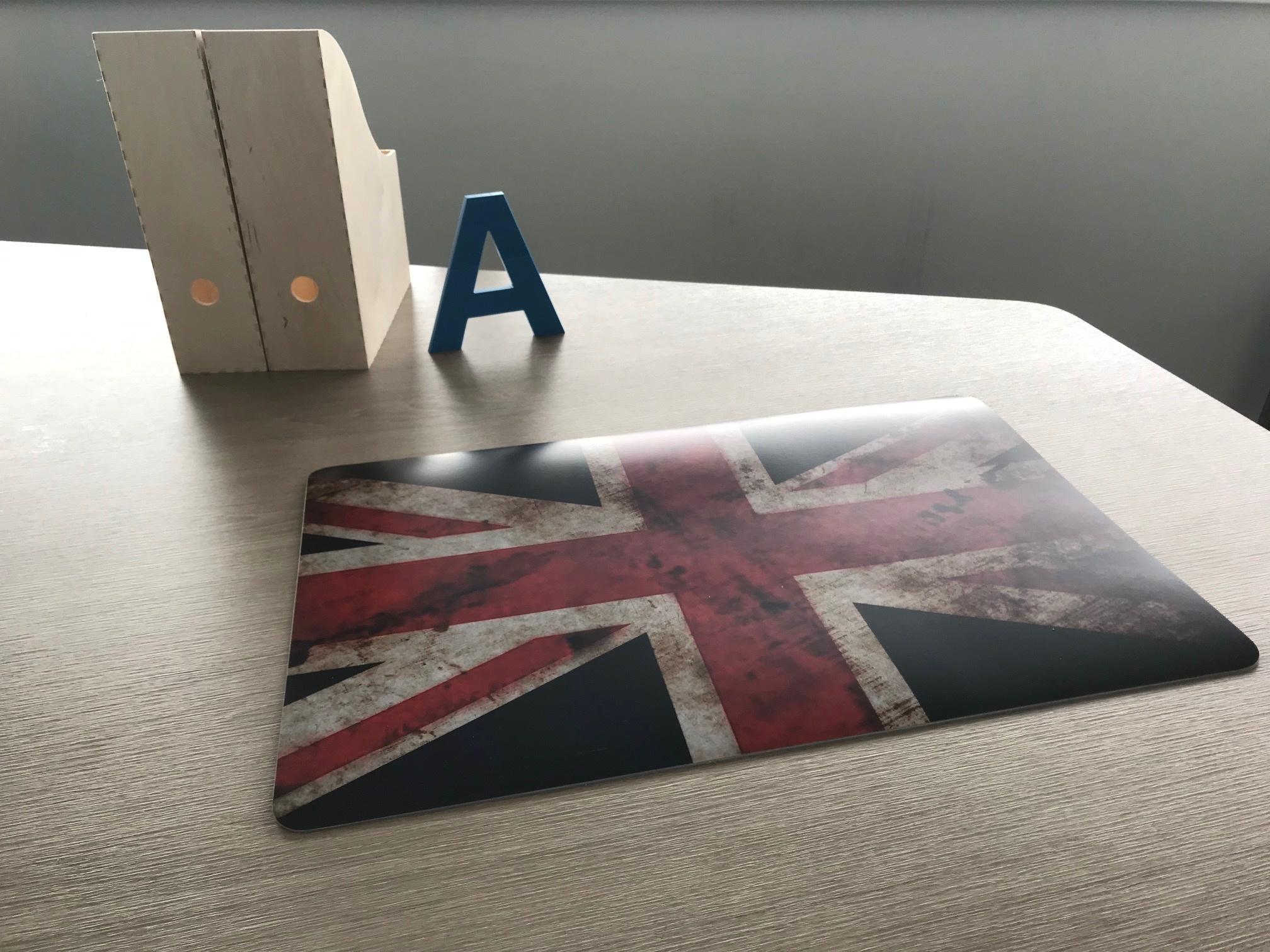 Een bureaulegger met de UK vlag