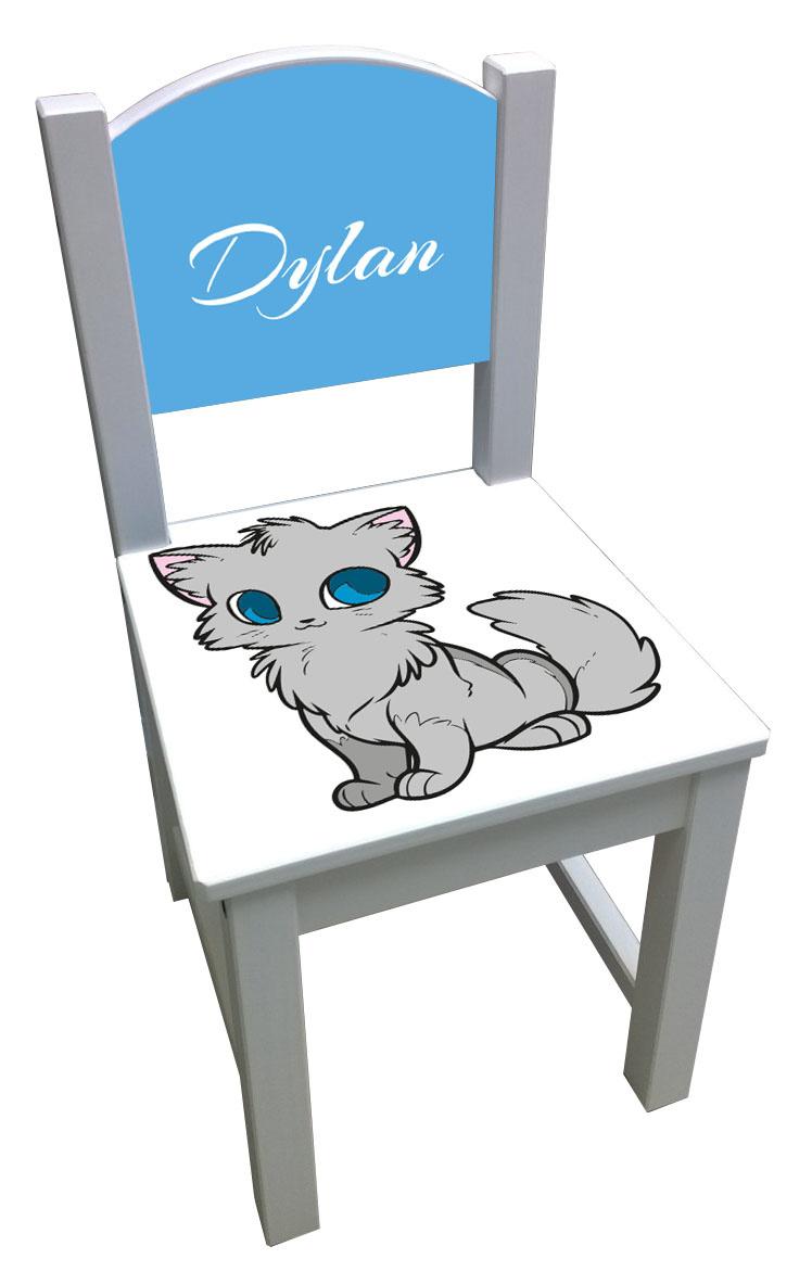 Witte kinderstoel met een kat en blauwe rugleuning