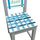 Kinderstoel met blauwe strepen