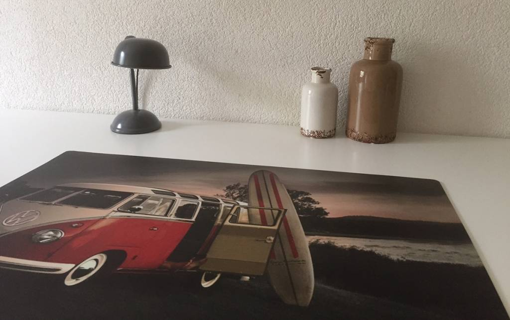 Bureau onderlegger VW bus retro, surfer on the beach